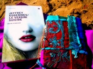 libro e block-notes in spiaggia