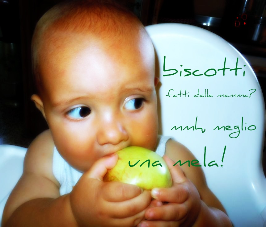 bimbo che mangia una mela