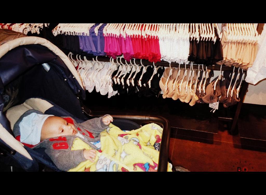bambino in negozio sul passeggino