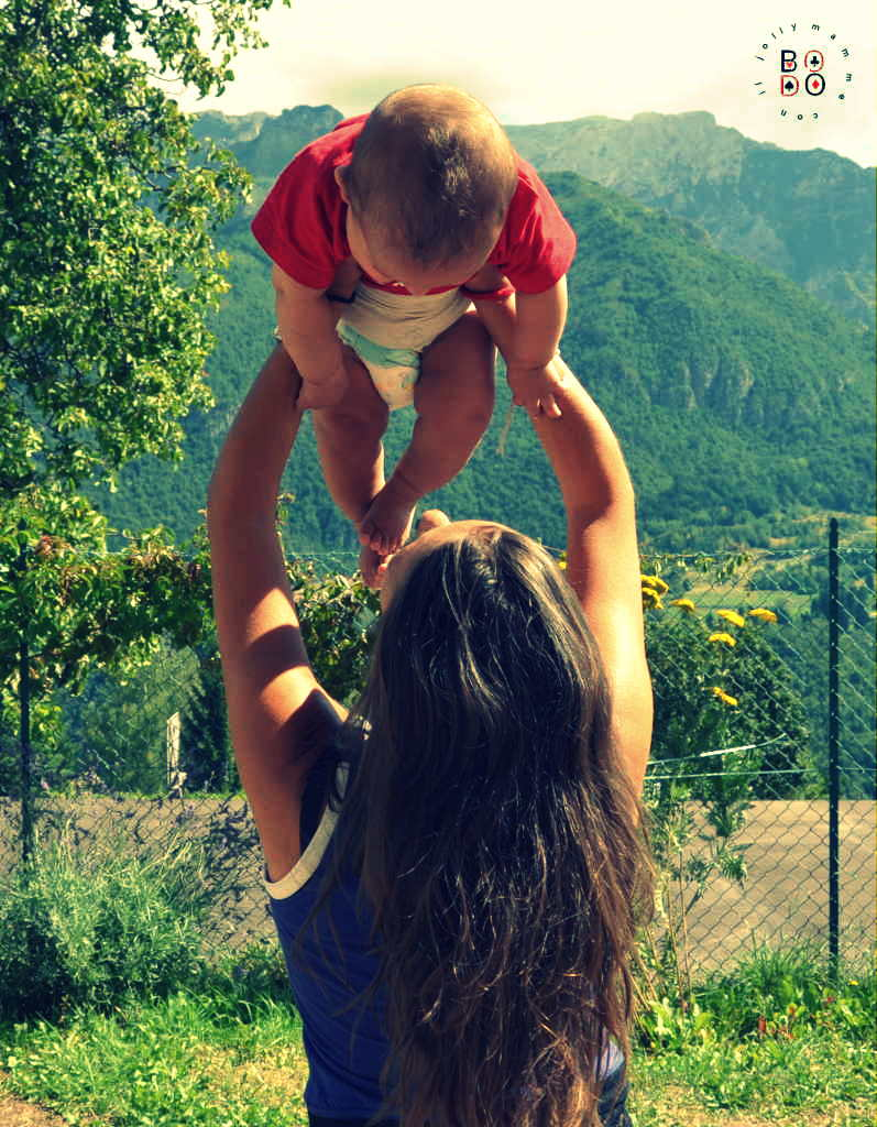 mamma che solleva il proprio bambino