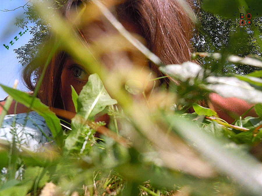 una donna sdraiata nell'erba