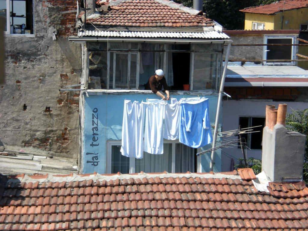 Istanbul, vista dal terrazzo, donna che stende i panni