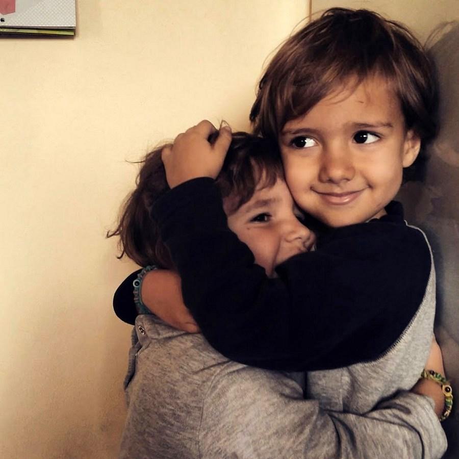 abbraccio di bimbi